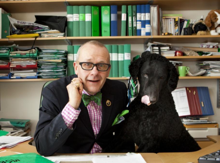 Expert. Hans Rosenberg från Svenska Kennelklubben med Curly coated retrievern Ecko.