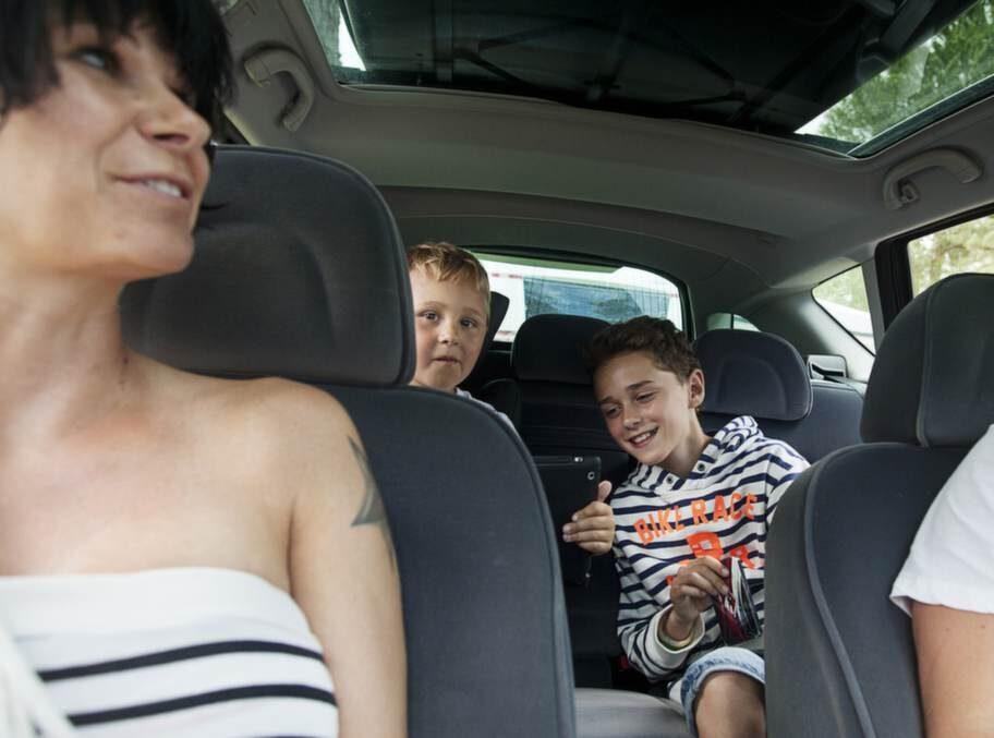 Vad gör ni för att sysselsätta barnen under långa bilfärder?Kinga Haglund, 35, serviceledare, Karlskrona, med barnen Robin, 5, och Linus, 11:- Vi reser en hel del hela familjen tillsammans. Därför är det viktigt att vi plockar med allt som de kan tänkas vilja leka med. Spel, någon legobit som de kan bygga ihop. Men nu är de i de åldrarna att vi sticker åt dem iPaden och sedan är det tyst.