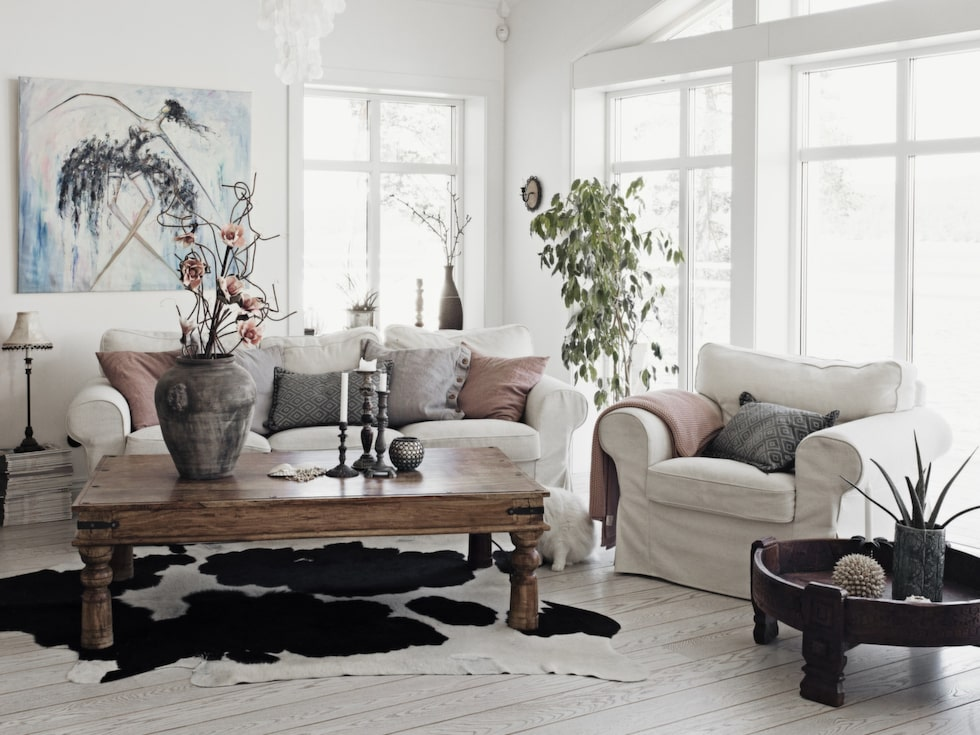 Rustikt och ombonat i vardagsrummet. Soffgrupp Ektorp från Ikea. Lågt mörkt bord från Bohemik.