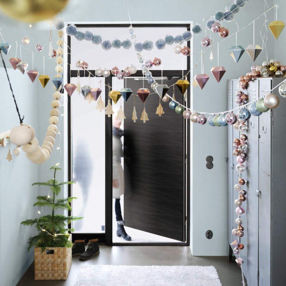 Julhängen på rad. Ikeas julpynt kommer i två stilar. Den ena ljus och modern med pastellfärger. Den andra mer romantisk och varm i uttrycket.