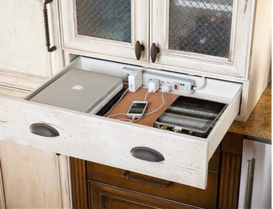 Skapa en laddstation i en låda så att du slipper se alla dina prylar som dator, mobil och annat.