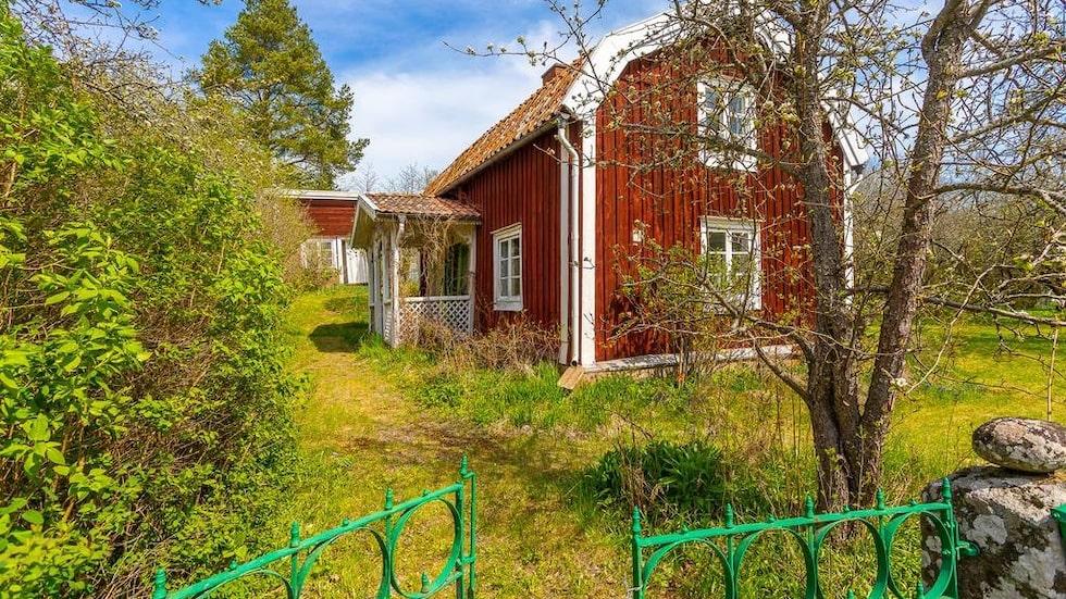 Torpet från 1700-talet ligger i Mörlunda, drygt två mil söder om Hultsfred i Småland. Nu är det till salu.