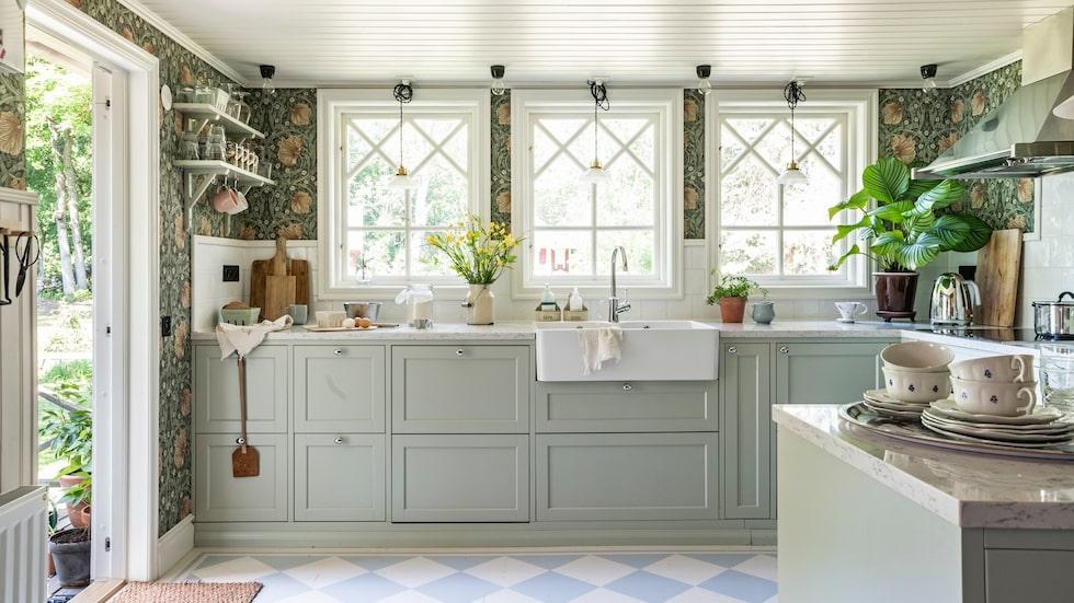 Det gamla köket var litet och opraktiskt och det första Hanna och Andreas gjorde när de flyttat in var att riva väggen till groventrén och öppna upp köket.