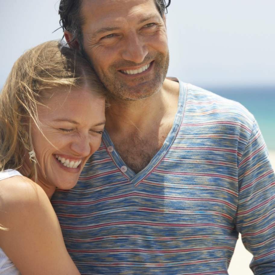couple on beach, smiling, close-up   lyckligt par
