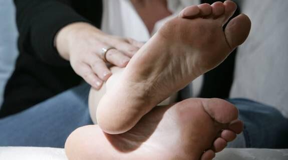 En undersökning visar att 35 procent av alla kvinnor har problem med spruckna och torra hälar.