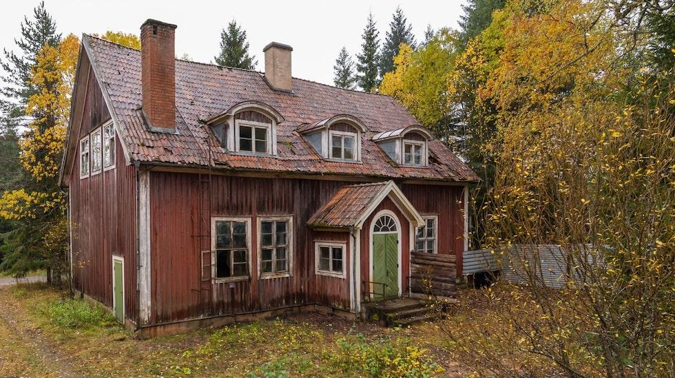 Det syns att det här huset en gång i tiden varit riktigt vackert. Huset byggdes 1922 och var då skola i Laxsjön utanför Ludvika.