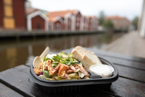 Köp rökt fisk från Sjögodis och duka upp till picknick vid de historiska sjöbodarna inne i Hudiksvall. Förr förvarade fiskarna sina fångster i bodarna, i dag används de som lager- och affärslokaler.