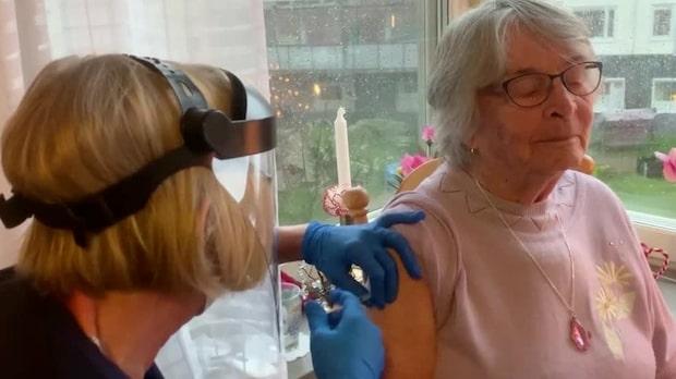 """Här får Rosa, 99, vaccinet i Göteborg: """"Stort ögonblick"""""""