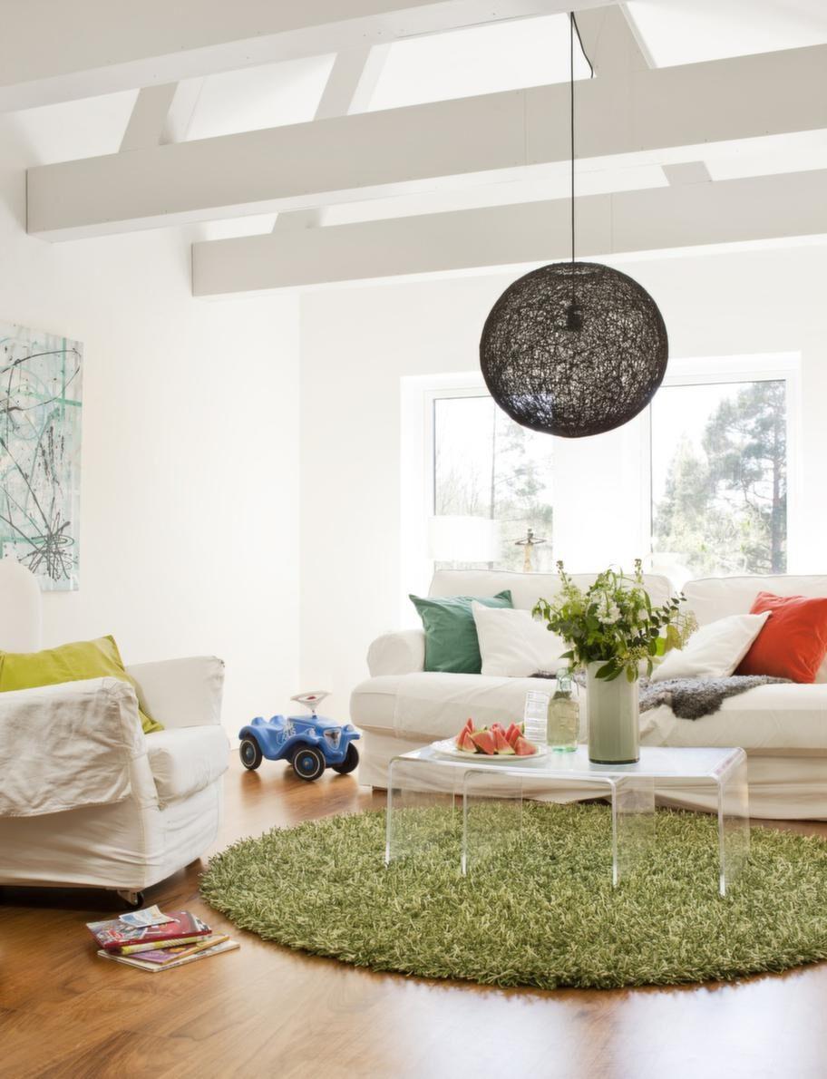 Vardagsrum.Ett vardagsrum för en stor familj. Mattan från NK, bordet Bolia, soffa och fåtölj Ektorp, från Ikea, taklampan Härva från Stockholms Ljusbutik. Kuddar från Himla och Ceannis.