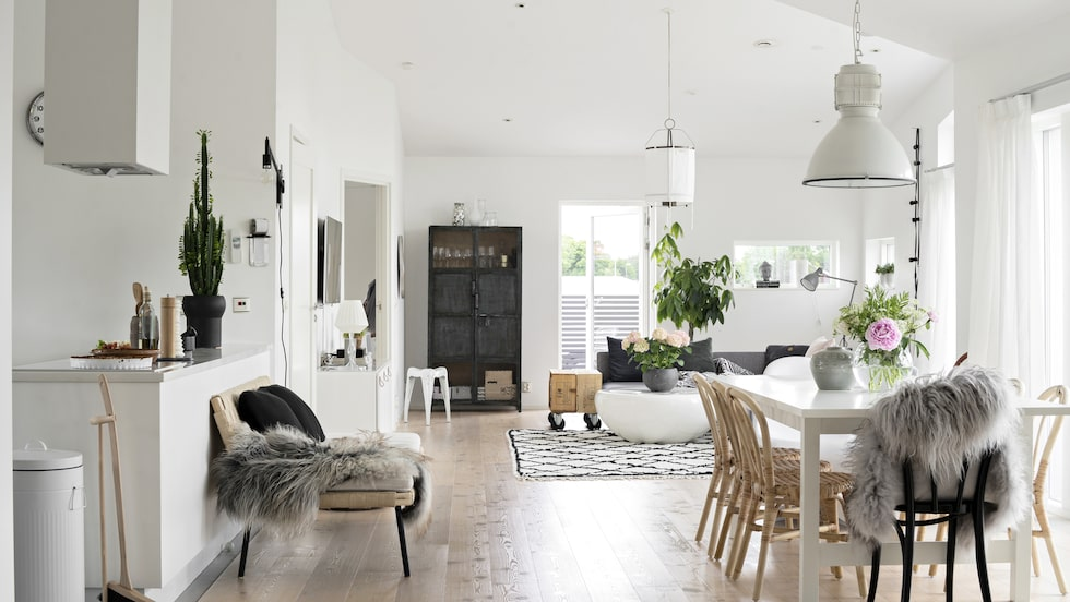Planlösningen är öppen med minimalistiskt raka linjer, vilket ger ett härligt ljusflöde genom kök, matplats och vardagsrum.