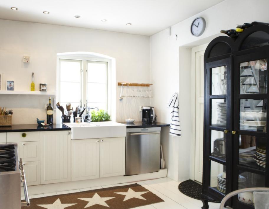 Kök med utsikt.<br>Ibland undrar folk hur Johanna får plats i det lilla köket, men här finns allt som behövs. Trevlig utsikt gör disken roligare.
