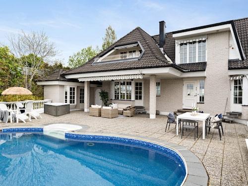 Det här huset i Norrköping ligger insynsskyddat och har både jacuzzi, pool och poolhus med bastu.