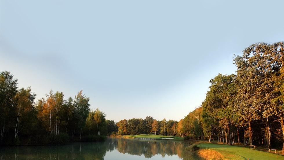På 12 av de 18 hålen på Les Bordes huserar karpar i dammarna, så ta med en del bollar.