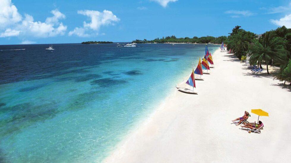 <p>Seven Mile Beach på Jamaica – res i december till april.</p>