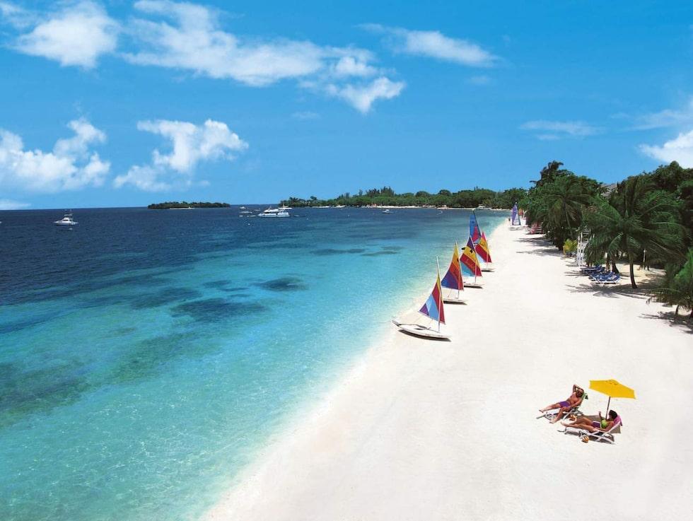 Seven Mile Beach på Jamaica – res i december till april.