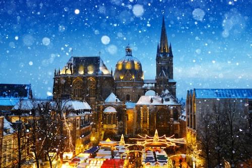 I tyska Aachen ligger julmarknaden ståtligt vid katedralen som stod färdig redan år 805.
