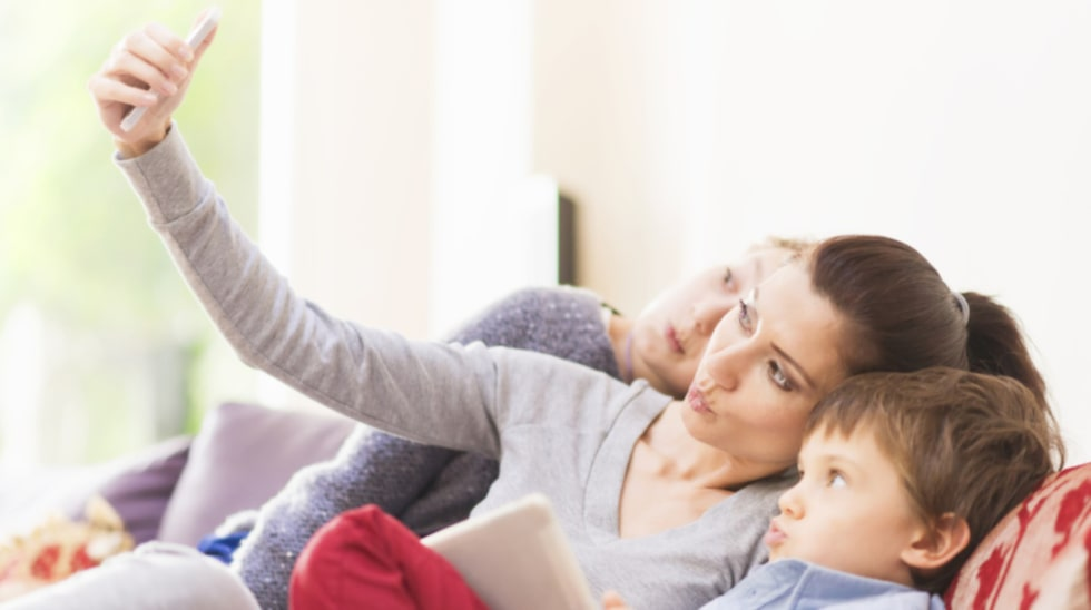 """""""Ett tidigt föräldraskap innebär att man kanske inte får samma karriärs- och löneutveckling som någon som skaffar barn senare"""", säger Johan Dahlberg, doktor i demografi."""