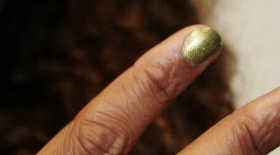 Pekfingret: För utekvällen. – Den grönguldiga färgen är perfekt för en partykväll. Den är häftig och vågad.