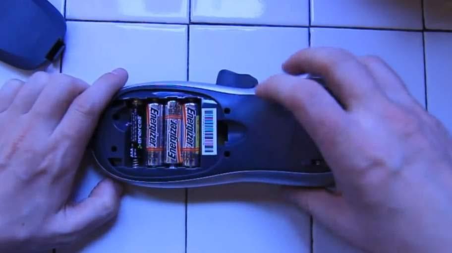 Folien håller batterierna på plats.