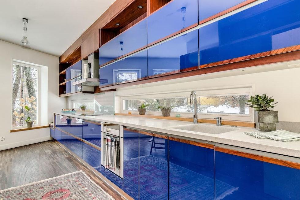 Läckert kök i högblankt blått med infälld ek. Spishäll, diskmaskin, fläkt, ugn samt stor kyl/frys med ismaskin.