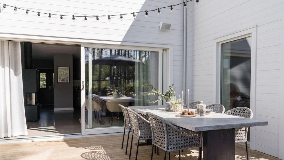 Terrassen som under sommarhalvåret blir som en förlängning av rummet när skjutpartierna står öppna.