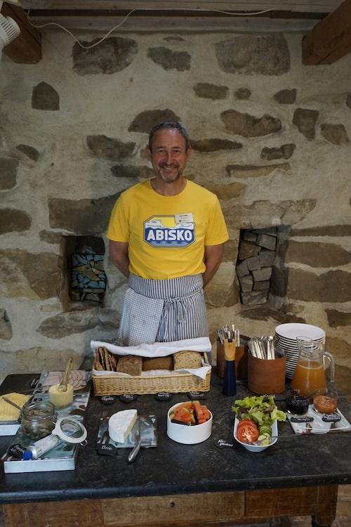 Hans Rynell, kajakfantast och stolt frukostfixare på Råkulle gård i Brantevik.