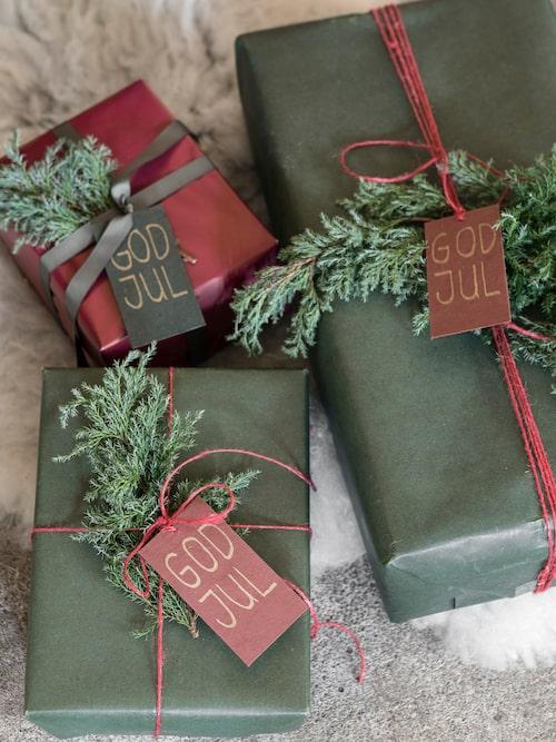 Slå in vackra julklappar med dekorativt papper. Vaxat omslagspapper 2-pack i grönt och natur 129 kr, Granit. Presentpapper i rött 70 kr, Panduro. Röda etiketter 6- pack 49 kr, Granit. Gröna etiketter 6-pack 49 kr, Granit. Röda textilband 49 kr, Granit. Rött jutegarn, 32 kr, Ica.