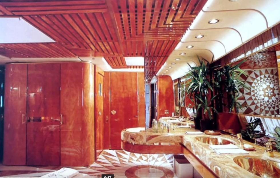Allt skulle vara lyxigt och av de finaste material. Här ett av flera badrum.