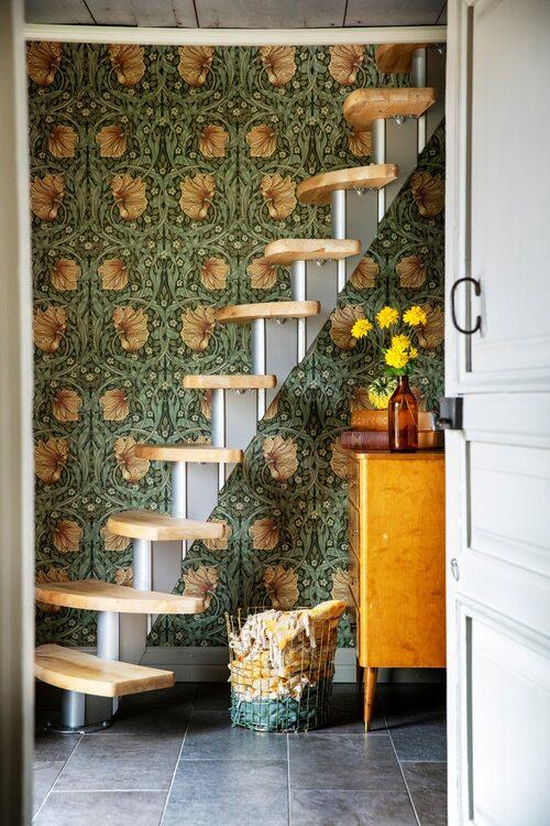 I hallen finns en trappa som är köpt på nätet. Tapeten Pimpernel från William Morris.