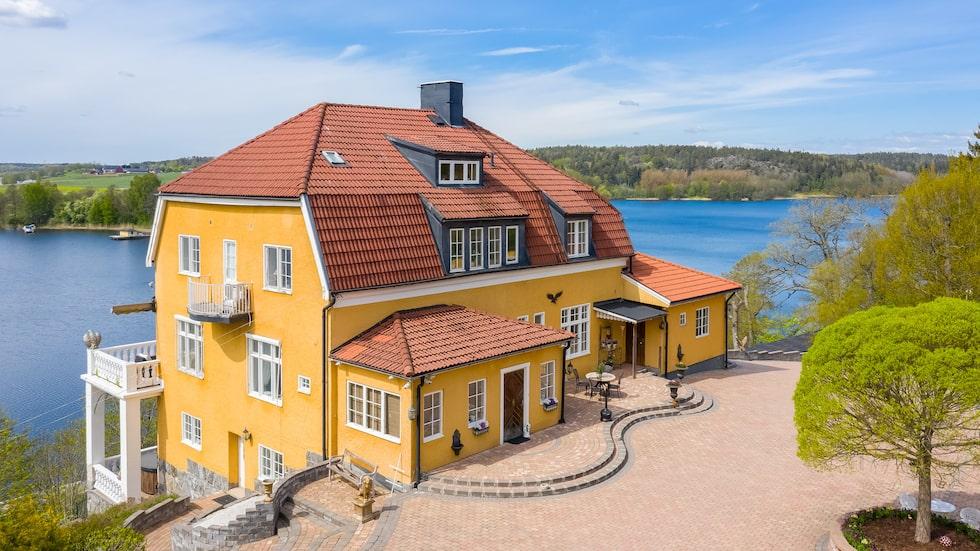 Villan är från 1910. I priset på 43 miljoner ingår dock fem fastigheter.