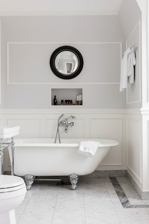 I det stora badrummet står ett vackert antikt gjutjärnsbadkar. Spegel, Miller/Nacka Byggnadsvård. Kakel, Höganäs. Handfat, Burlington/Sekelskifte. Handdukar, Zara Home och Pillowtalk.