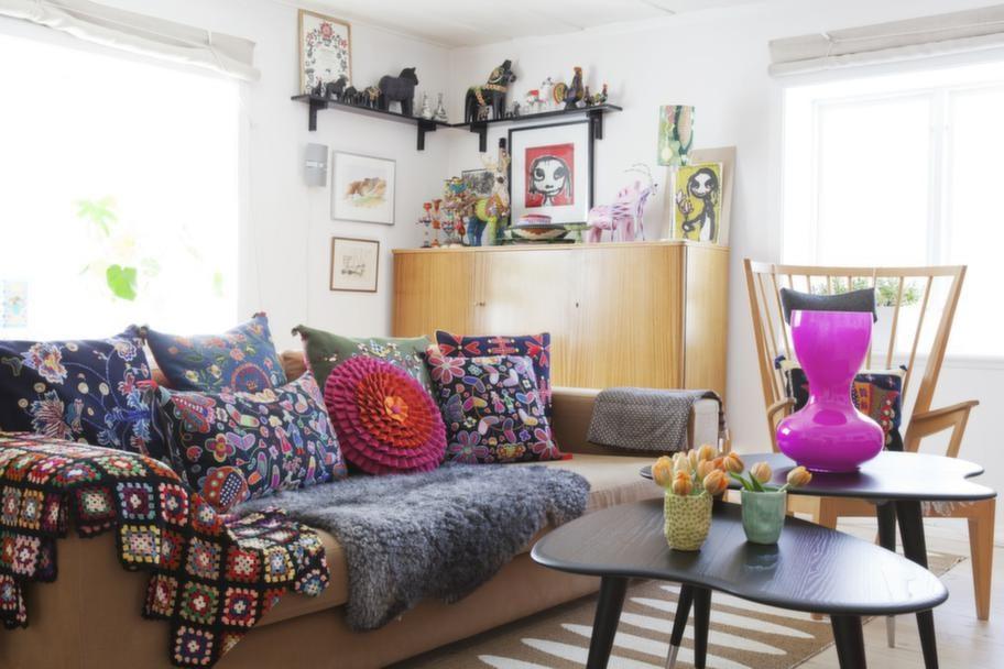 Överallt i huset finns färgglada möbler och tyger. Mattor från Pappelina.