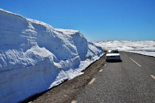 Kör längs med snövallar utmed Vildmarksvägen.