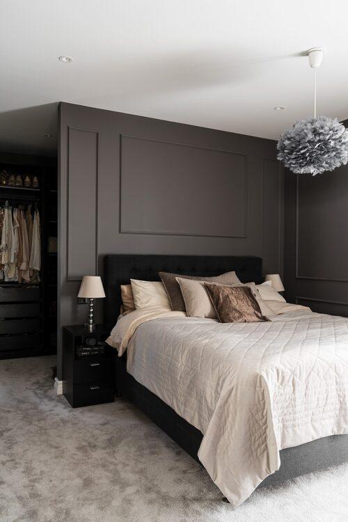 Sovrummet är vilsamt och harmonisk inrett med den lite mörkare grå kulören Ferro 20 från Caparol.  Sängkläder från H&M home, överkast från Hemtex, kuddar från Hasta, sänglampor från Jotex med skärmar från Mio.