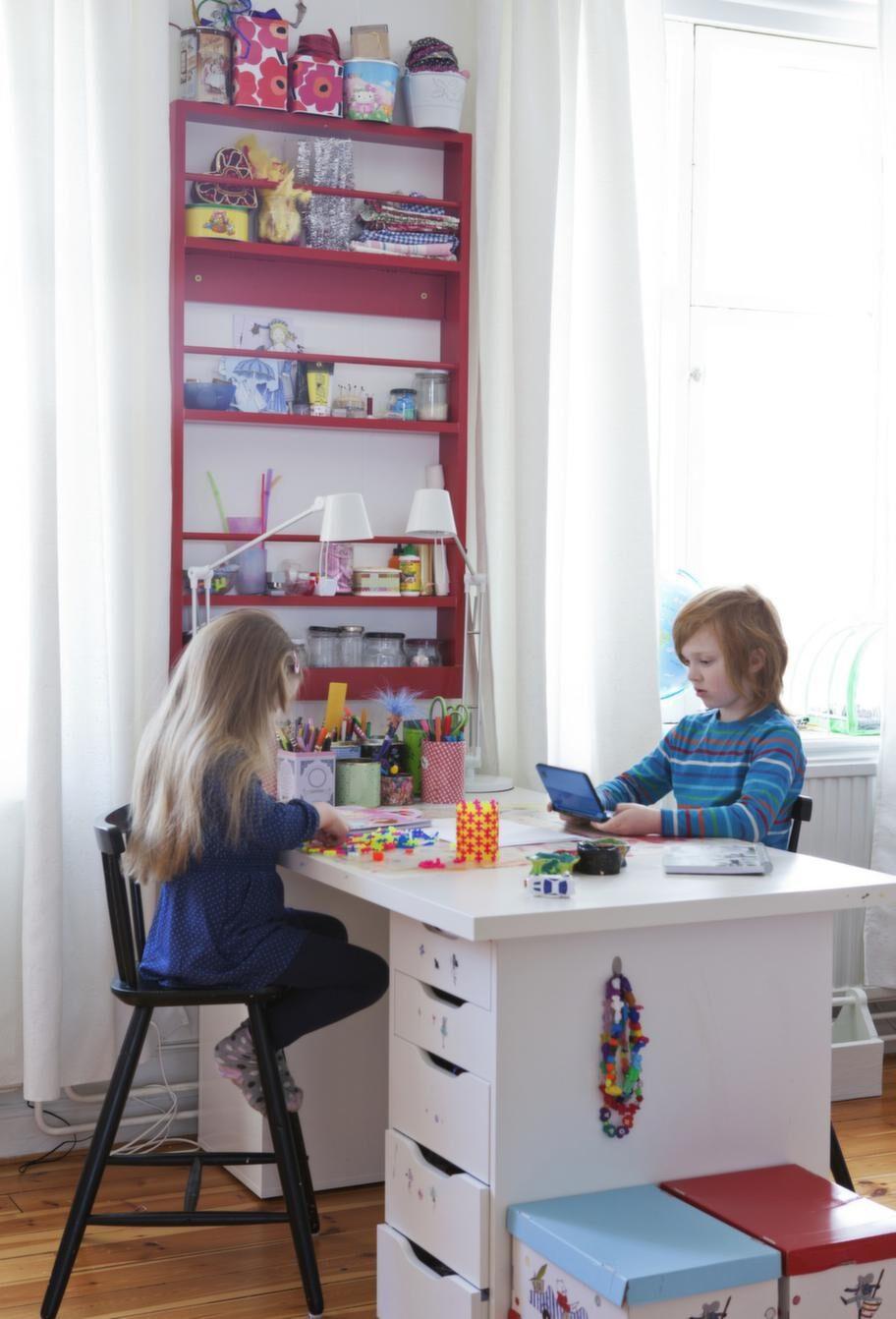 Nova och Viggo har ärvt mammas kreativa sida och i deras rum finns gott om plats för pyssel.