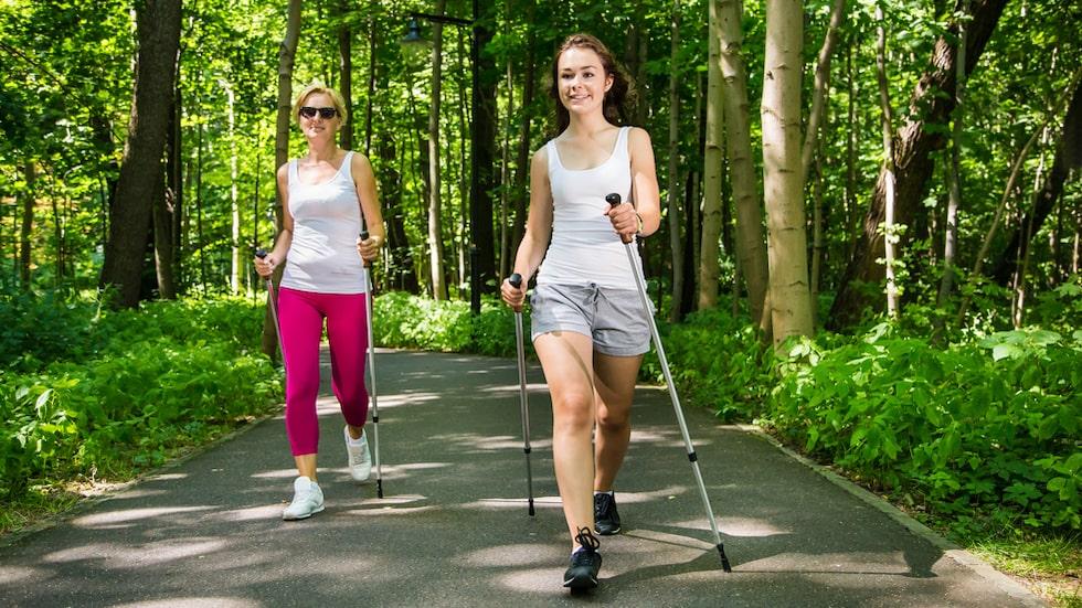 """""""Vill du tuffa till promenaderna kan du börja med stavar"""", säger Olga Rönnberg, träningsexpert."""