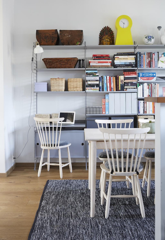 Hyllsystemet från String rymmer även en praktisk liten arbetsplats. Stolarna är från Norrgavel.