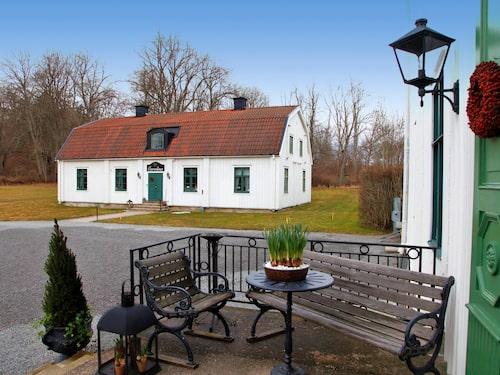 Noors slott är ett karolinerslott i trä som ligger i Knivsta. Slottet byggdes 1697.