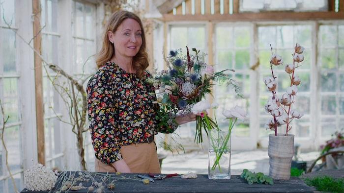 Programledaren Pernilla Månsson Colt binder en hållbar bukett av färska snittblommor och eterneller – som sätts i vas utan vatten.