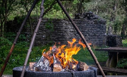I ödebyn Penåsa finns det alltid ved att tillgå för den som vill grilla och även flera fina vindskydd för övernattning.