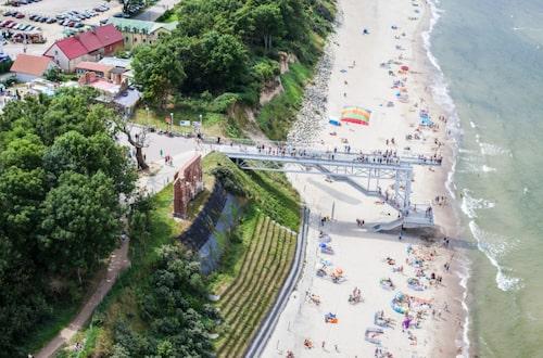 En 15 meter hög sandbrant stupar ned till den långa, långa fina sandstranden i Trzesacz.