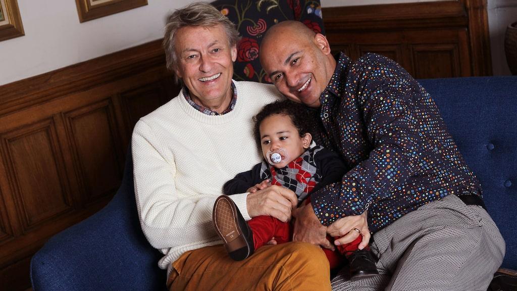 """De nyblivna föräldrarna Lars Lerin och """"Junior"""" Marques med sonen Rafael. """"Med Rafael har vi en gemensam uppgift, nästan en mission, där vi måste ha ett samspel. Det har berikat vårt liv"""", säger Lars."""