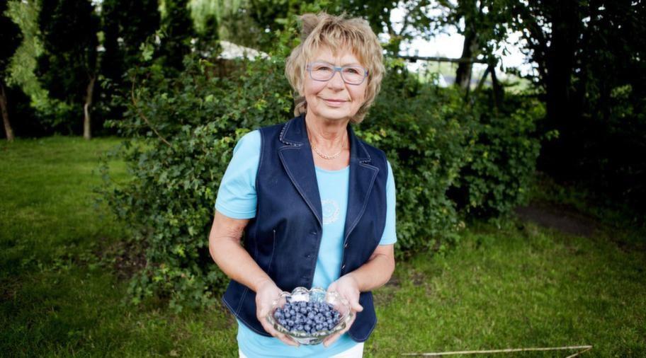 """Ingrid Förster äter blåbär varje dag. Det har hjälpt mot hennes värk. """"Det hjälper helt klart för mig. Jag köper mest djupfrysta men ibland plockar jag själv."""