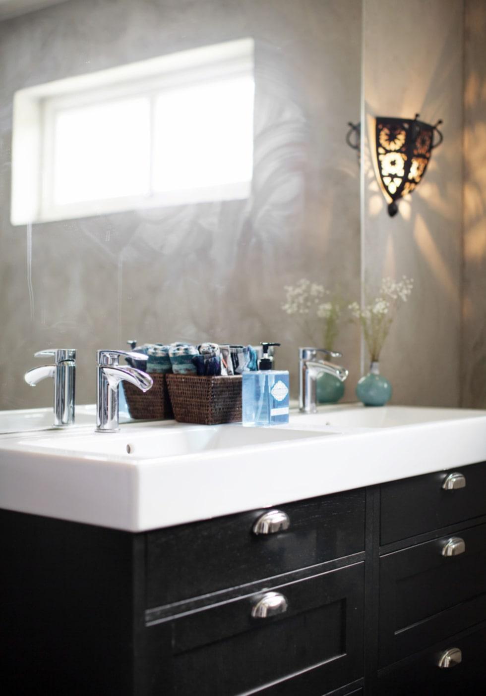 Grå betong. Det nyrenoverade badrummet har väggar av grå betong och inredningen kommer från Ballingslöv.
