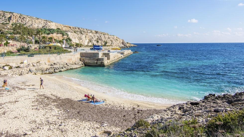 Stranden Hondoq bay på Gozo i Medelhavet. Gozo är Maltas lugnare lillasyster.