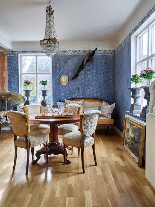 Den blå väggmålningen i förmaket är mycket vacker och slår an en somrig ton. Möblerna är antika.