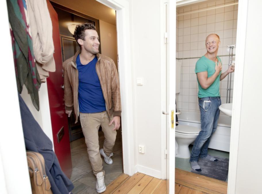 """För första gången i sitt liv bor Tobias Karlsson med en pojkvän: """"Nu vill jag vara hemma mer"""", säger han."""