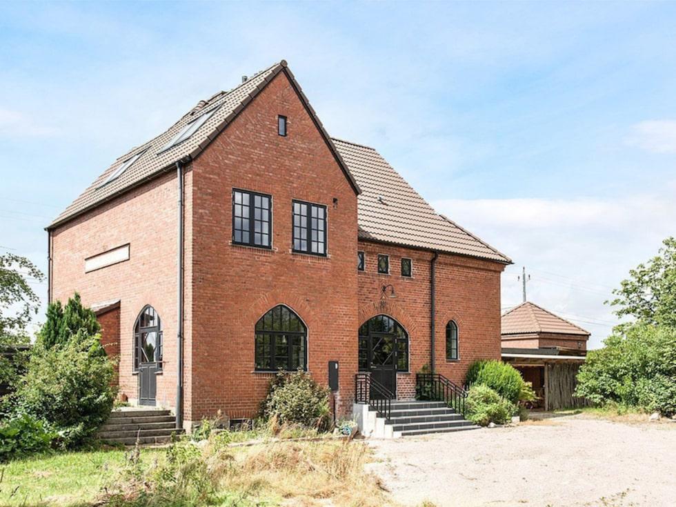 Huset som ligger i Norrvidinge i Skåne byggdes 1912. Under många år stannade tåg på väg mot Malmö eller Billesholm här, men numera används stationshuset i stället som bostad.