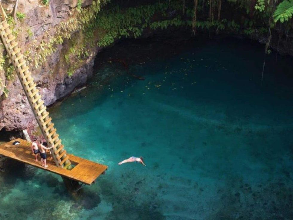 Att komma åt att bada här är inte helt lätt – först måste du klättra nedför en tvär och 30 meter lång stege. Men det är värt mödan. Foto: Facebook/Samoa Tourism