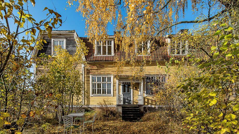 Nu har du möjligheten att ta över en gammal skola från 1916. Den ligger i Broby, cirka 20 km norr om Norrtälje och 10 km söder om Älmsta. Kolla in!